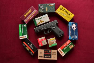 Tapeta: Glock 19  a krabičky