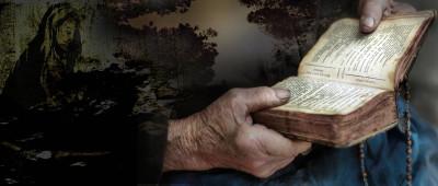 Tapeta: Modlící se stařenka