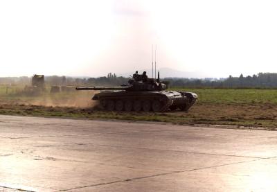 Tapeta: tank v plné polní